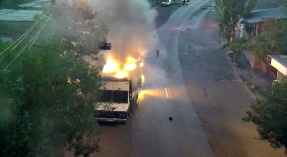 Զինված խումբն այսօր այրել է ՊՊԾ գնդի 3 ծառայողական մեքենա. Տեսանյութ